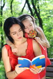 Bambina e madre che leggono il libro. Fotografia Stock Libera da Diritti