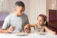 Bambina e padre Having Meal Together Immagini Stock