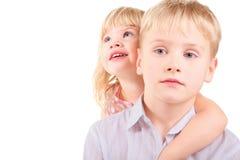 Bambina e ragazzino di tristezza. Fotografie Stock