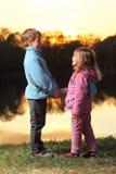 Bambina e ragazzo che osservano l'un l'altro Immagine Stock