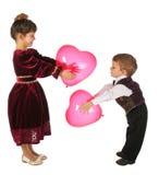Bambina e ragazzo con colore rosso cuore-come gli aerostati Fotografie Stock