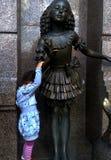 Bambina e statua impertinenti rimproverare Fotografia Stock Libera da Diritti