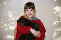 Bambina e un cucciolo Fotografia Stock