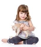 Bambina e un gattino nella parte anteriore Isolato su priorità bassa bianca Fotografie Stock