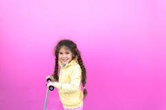 Bambina ed il suo motorino fotografia stock