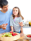 Bambina ed il suo padre che mangiano prima colazione Fotografia Stock