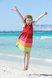 Bambina emozionante alla spiaggia del mare Fotografia Stock
