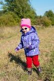 Bambina esterna in autunno fotografia stock