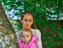 Bambina favorita con la sua giovane madre all'aperto Immagini Stock Libere da Diritti