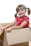 Bambina felice all'interno di una casella di carta Fotografia Stock