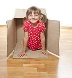 Bambina felice all'interno di una casella di carta Immagini Stock Libere da Diritti