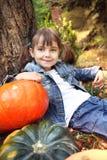 Bambina felice in autunno fotografia stock libera da diritti