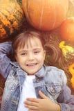 Bambina felice in autunno fotografie stock libere da diritti