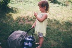 Bambina felice che gioca all'aperto Fotografia Stock