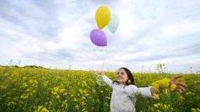 Bambina felice che gioca con le bolle di sapone, palloni sul prato, bambino sorridente che si rilassa sul campo della violenza, m video d archivio
