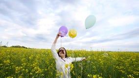 Bambina felice che gioca con le bolle di sapone, palloni sul prato, bambino sorridente che si rilassa sul campo della violenza, m stock footage