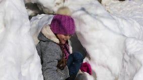 Bambina felice che gioca le palle di neve stock footage