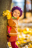 Bambina felice che gioca nel parco di autunno Fotografia Stock Libera da Diritti