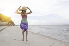 Bambina felice che gioca sulla spiaggia fotografia stock