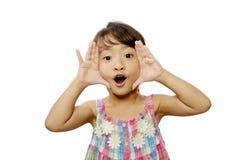 Bambina felice che incornicia il suo fronte Fotografia Stock