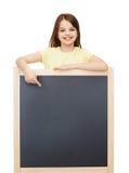 Bambina felice che indica dito la lavagna Fotografia Stock Libera da Diritti
