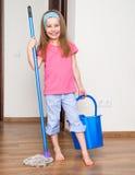 Bambina che lava il pavimento fotografie stock libere da diritti