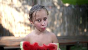 Bambina felice che mangia anguria stock footage