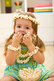 Bambina felice che mangia popcorn Fotografia Stock Libera da Diritti