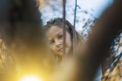 Bambina felice che ride e che gioca in autunno sulla passeggiata della natura all'aperto Immagine Stock Libera da Diritti