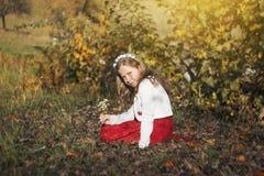 Bambina felice che ride e che gioca in autunno sulla passeggiata della natura all'aperto Fotografie Stock Libere da Diritti