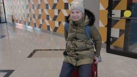 Bambina felice che si siede sul bagaglio stock footage