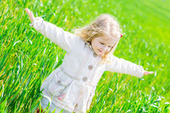 Bambina felice che sorride all'aperto Fotografia Stock Libera da Diritti