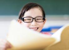 Bambina felice che studia nell'aula Fotografia Stock