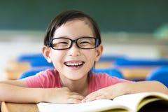 Bambina felice che studia nell'aula Immagine Stock Libera da Diritti
