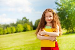 Bambina felice con i libri nel parco Fotografie Stock