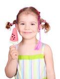 Bambina felice con il gelato dell'anguria fotografie stock libere da diritti