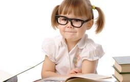 Bambina felice con il libro che porta i vetri neri Immagine Stock Libera da Diritti