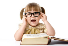 Bambina felice con il libro, di nuovo al banco Immagini Stock