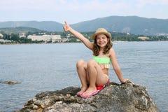 Bambina felice con il pollice su fotografia stock libera da diritti