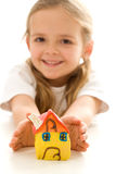 Bambina felice con la casa fatta a mano dell'argilla Fotografia Stock Libera da Diritti