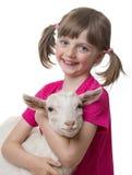 Bambina felice con la piccola capra immagini stock libere da diritti