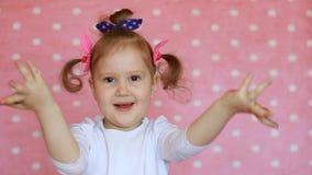 Bambina felice con le mani dipinte Bambino divertente con la palma in pittura multicolore stock footage
