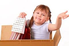Bambina felice con un buon acquisto immagine stock libera da diritti
