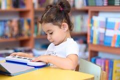 Bambina felice del bambino che legge un libro fotografie stock