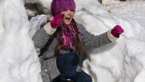 Bambina felice divertendosi nel parco della città di inverno archivi video