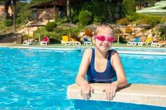 Bambina felice in occhiali di protezione che giocano nel concetto della stazione balneare, di vacanze estive, di viaggio e di tur fotografia stock libera da diritti