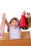 Bambina felice in scatola di cartone con gli acquisti immagine stock libera da diritti