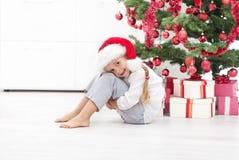 Bambina felice sotto l'albero di Natale Fotografie Stock Libere da Diritti