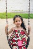 Bambina felice su oscillazione fotografie stock