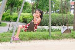 Bambina felice su oscillazione fotografia stock libera da diritti